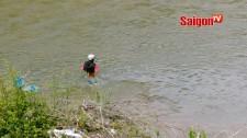 Kỳ lạ cảnh cởi quần lội qua sông để đi làm rẫy