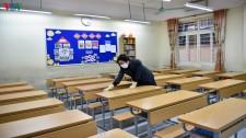 Cận Cảnh Cô Giáo Đeo Găng Tay, Khẩu Trang Khử Trùng Lớp Học