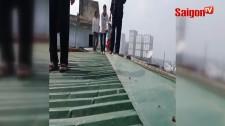 Thang máy chung cư bị hỏng bà bầu phải đi trên mái nhà