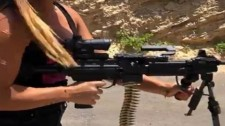 Video: Cô Gái Israel Bốc Lửa Nạp Đạn Súng Máy Và Bắn Xối Xả Đầy Uy Lực